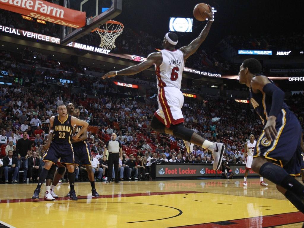 LeBron James sobe para a enterrada na vitória do Heat sobre os Pacers, em que fez 41 pontos