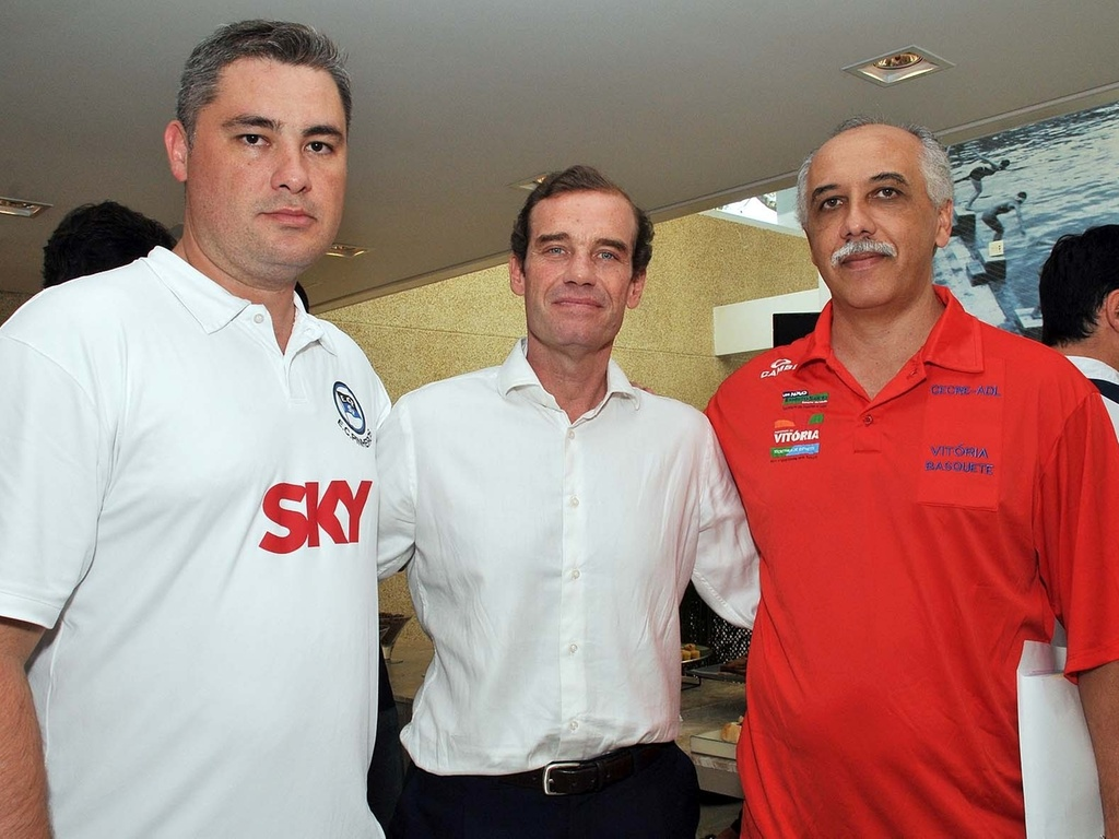 Nestor García, técnico argentino, ao lado dos brasileiros João Marcelo Leite e Ênio Vecchi