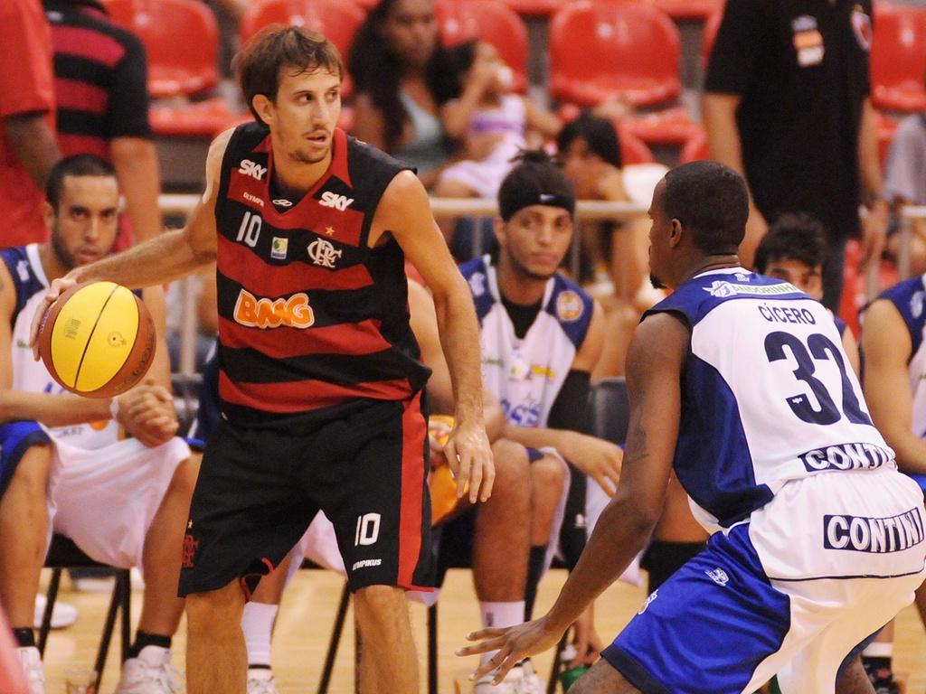 Duda controla bola para o Flamengo contra a marcação de Cícero na vitória sobre o Assis pelo NBB