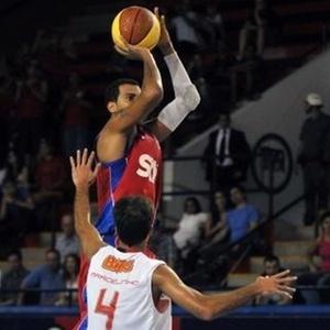 Marquinhos, do Pinheiros, arremessa sobre Marcelinho, do Flamengo