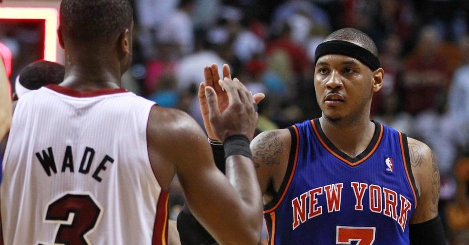 Carmelo Anthony cumprimenta Dwyane Wade após jogo entre New York Knicks e Miami Heat