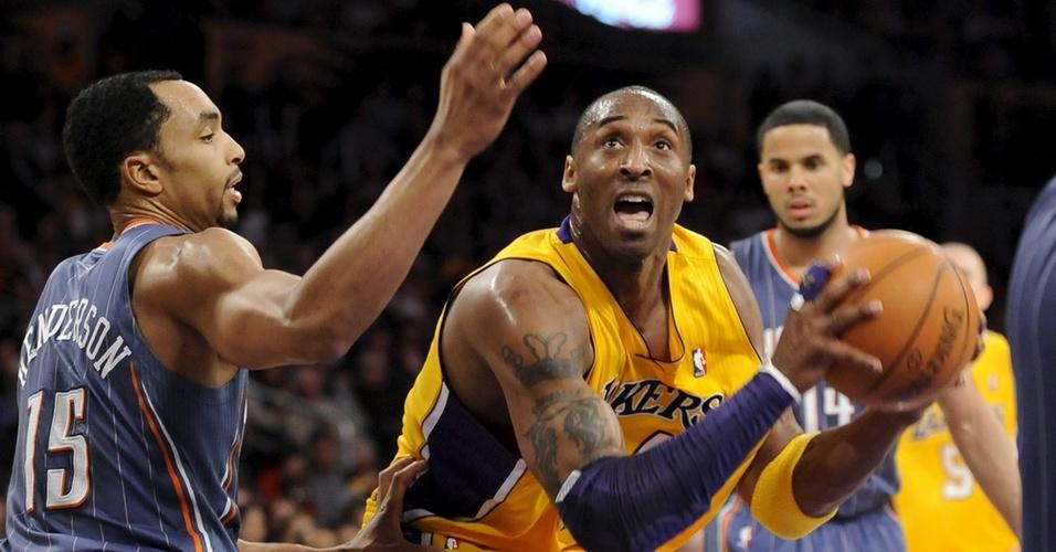 Kobe Bryant comandou a vitória dos Lakers sobre os Cats