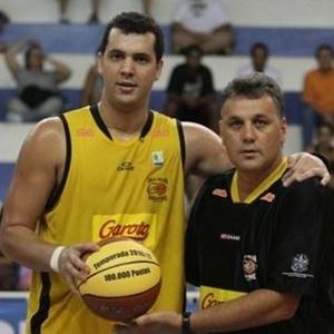 Ansaloni, do Cetaf, recebe bola comemorativa por ter feito o ponto número 100 mil do NBB contra o Araraquara