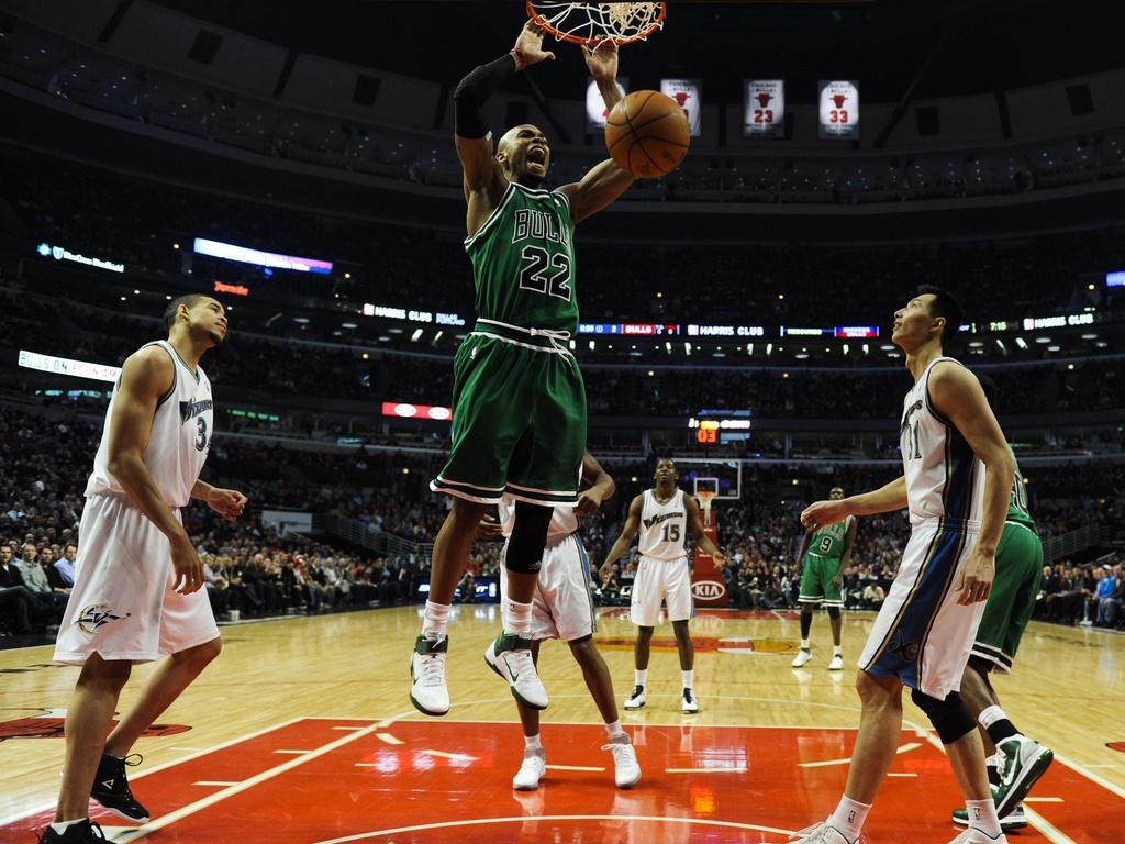 Sem marcação, Taj Gibson enterra e faz dois pontos para os Bulls em jogo contra Wizards