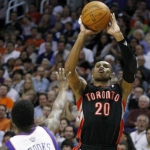 Leandrinho, do Toronto Raptors, tenta o arremesso