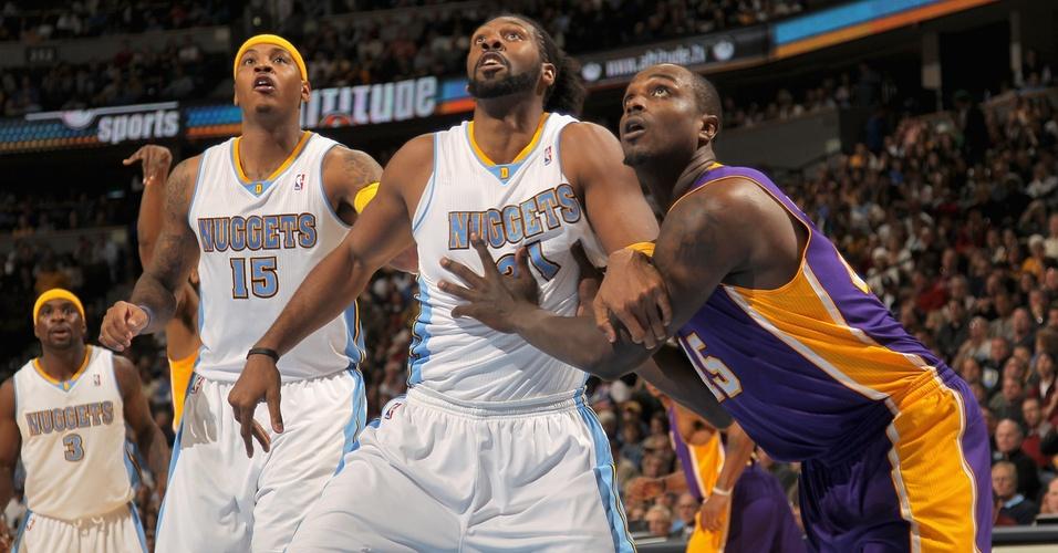Ao lado de Carmelo Anthony, Nenê observa arremesso em jogo contra os Lakers