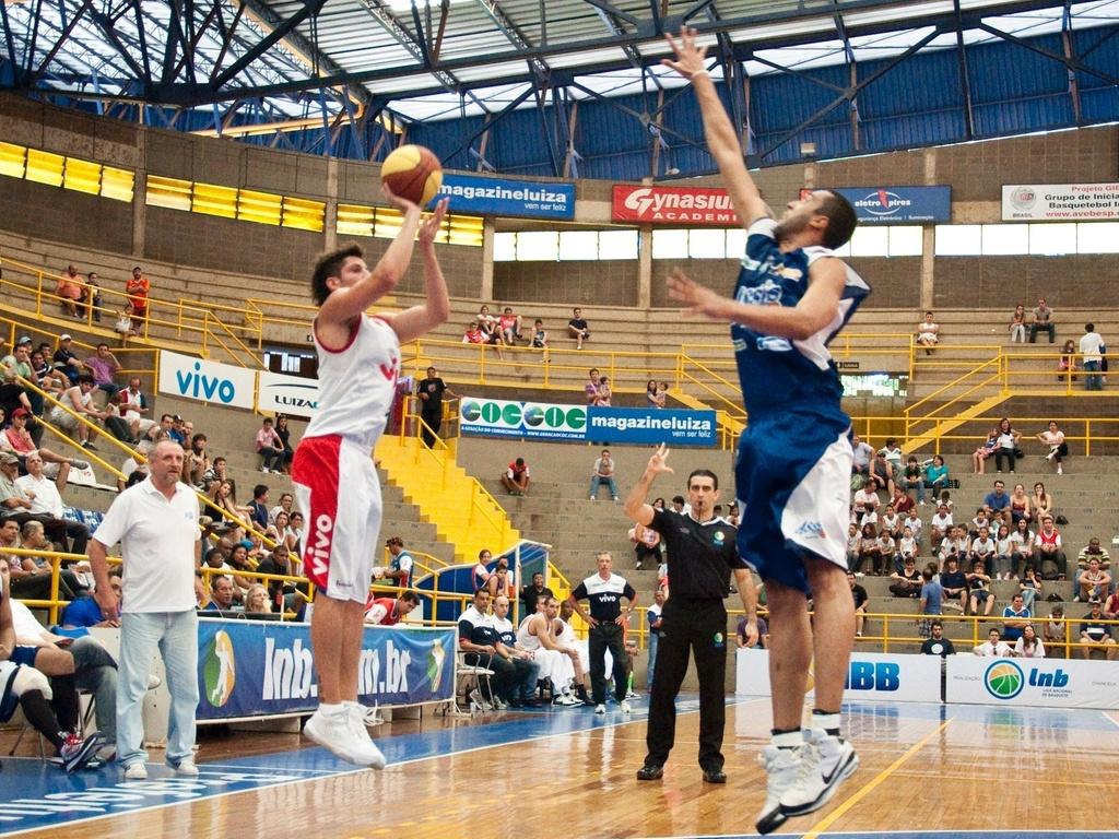 Dedé, do Franca (e), e Adriano, do Assis, no lance em duelo do NBB, realizado em Franca (27/03/2011)