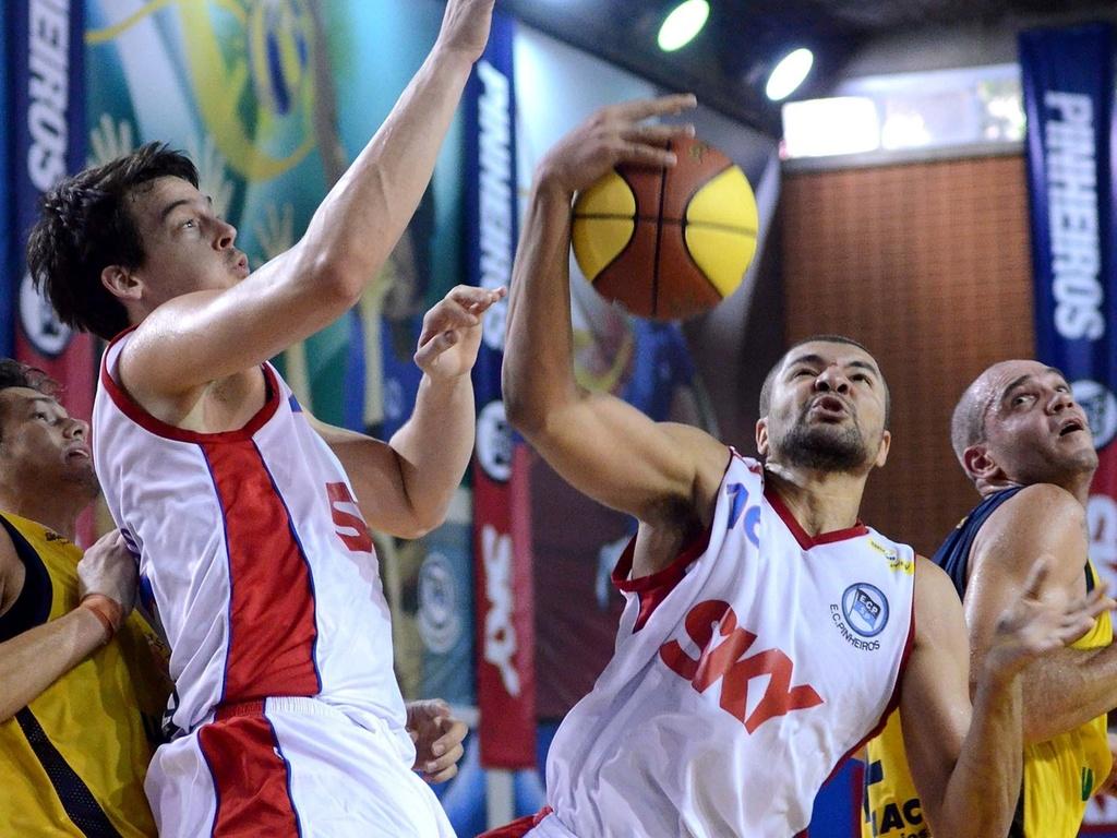 Olivinha (d), do Pinheiros, disputa a jogada em duelo do NBB contra o São José, disputado em São Paulo (27/03/2011)