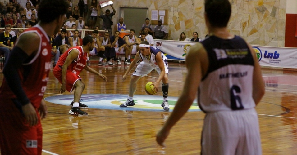 Fúlvio tenta passar pela marcação no duelo entre São José e Limeira (20/04/11)