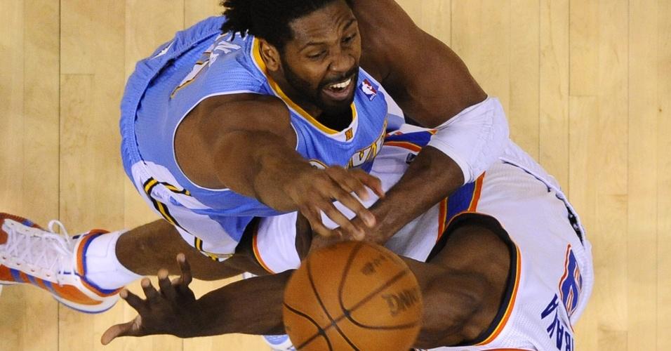 Nenê e Serge Ibaka brigam pelo rebote na partida entre Denver Nuggets e Oklahoma City Thunder (20/04/11)