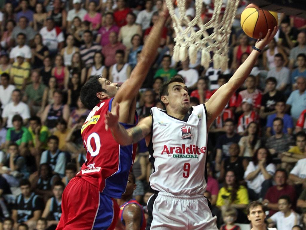 Paulinho Boracini anota dois pontos para o Joinville contra o Pinheiros (23/04/11)