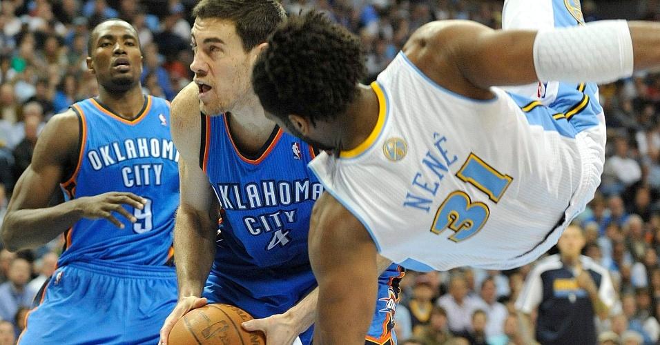 Nenê é superado por Nick Collison e cai no chão durante jogo entre Denver Nuggets e Oklahoma City Thunder
