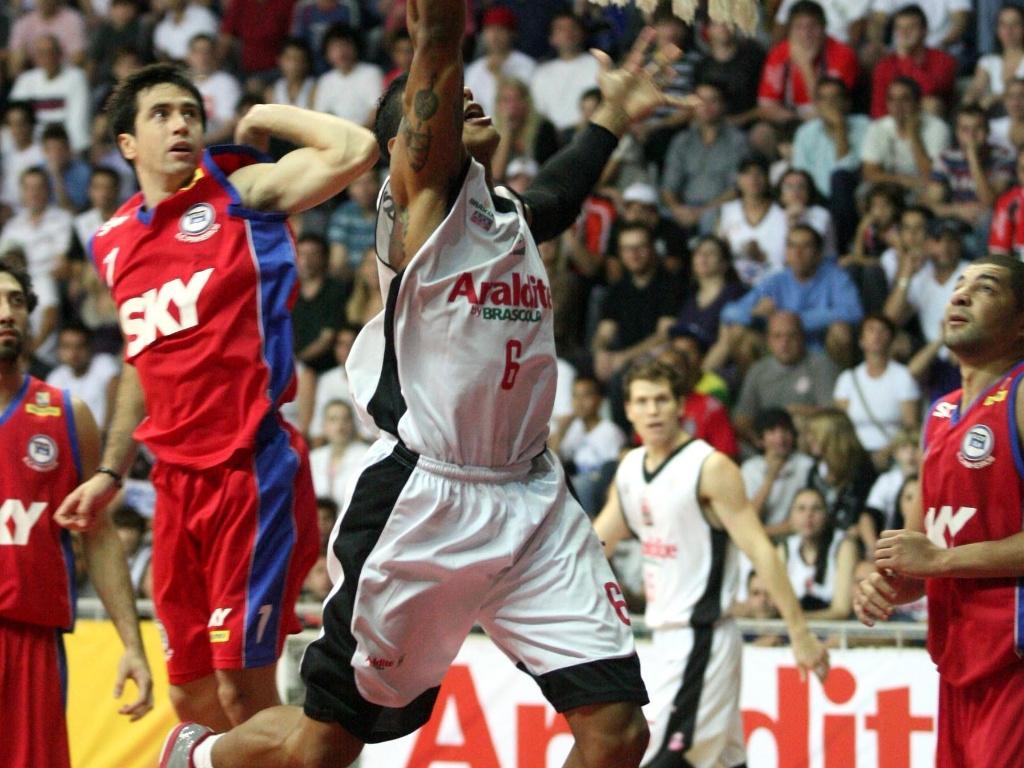 Shilton anota dois pontos para o Joinville contra o Pinheiros (29/04/11)