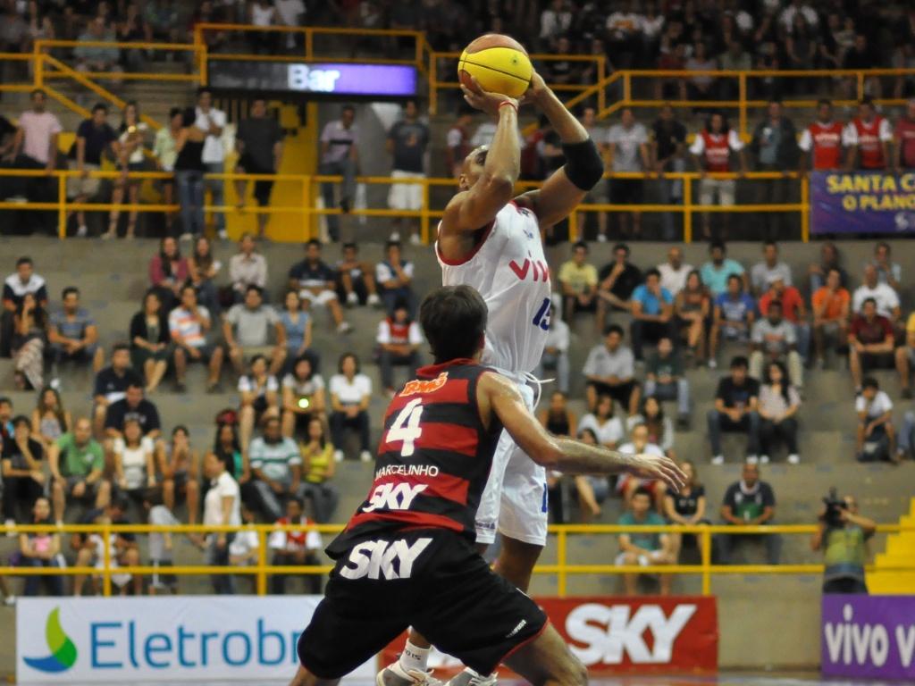 Márcio, do Franca, e Marcelinho, do Flamengo, em semifinal da NBB (08/05/2011)