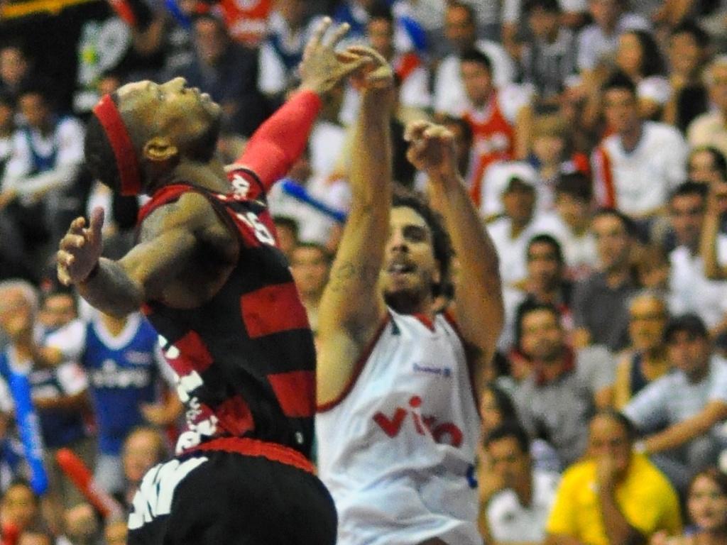 Fernando Pena arremessa marcado por Teague, do Flamengo; drible sobre o flamenguista iniciou a confusão