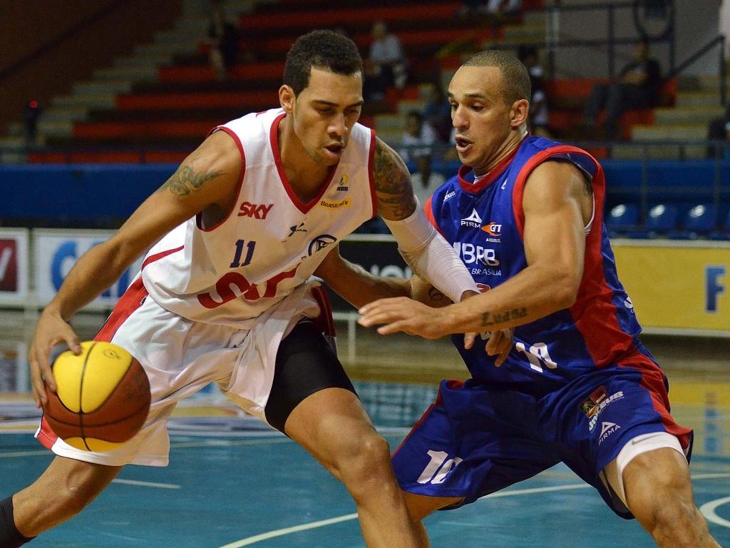 Marquinhos, do Pinheiros, é marcado por Alex, do Brasília na semifinal do NBB