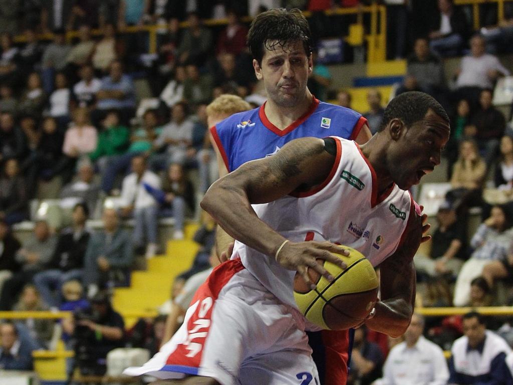 Spillers, de Franca, tenta passar por Guilherme no segundo jogo das finais do NBB (21/05/2011)