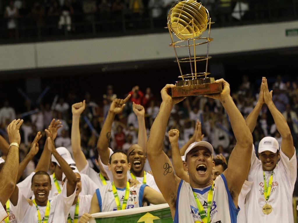 Alex Garcia ergue a taça de campeão do NBB para o Brasília (24/05/11)
