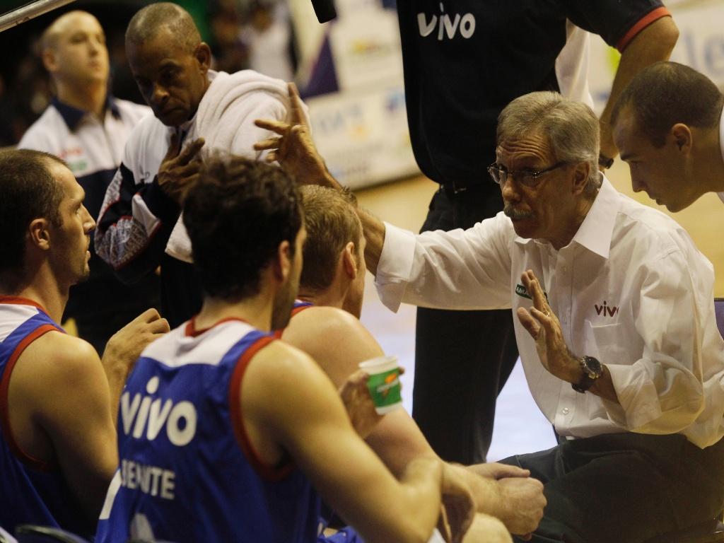 Helio Rubens passa orientações aos jogadores do Franca na final do NBB (24/05/11)