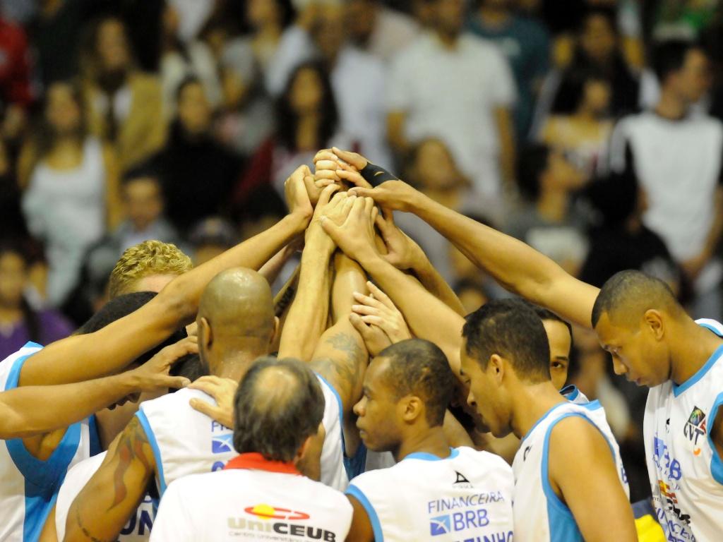 Jogadores do Brasília confraternizam durante a vitória sobre o Franca na final do NBB (24/05/2011)