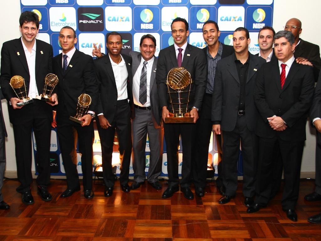 Jogadores do Brasília posam para fotos com troféu de campeão do NBB