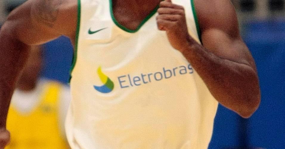 Norte-americano Larry Taylor treinando pela seleção brasileira de basquete (14/07/2011)