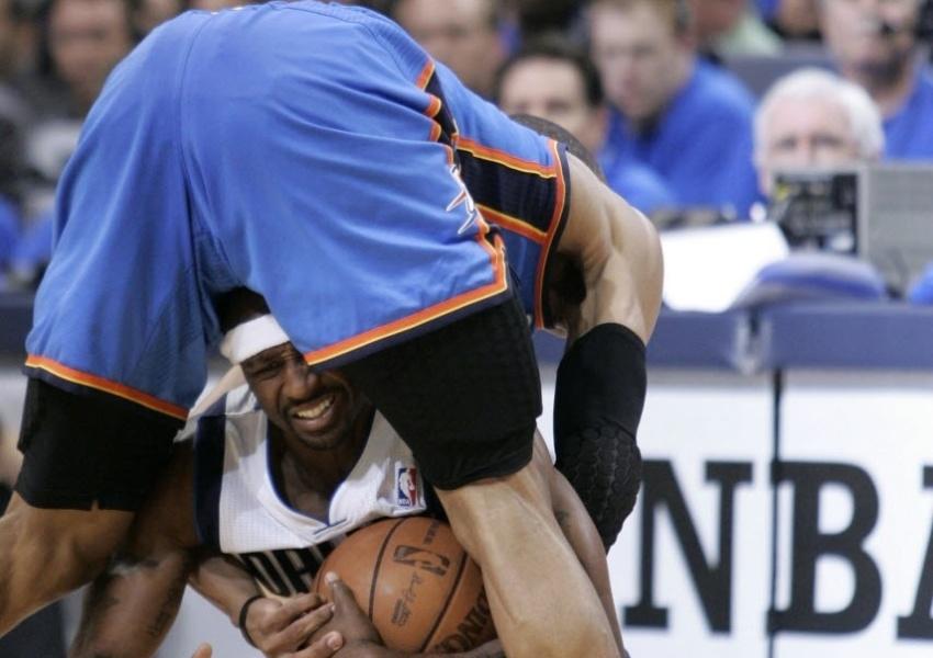Jason Terry luta pela bola no meio das pernas de Russell Westbrook em jogo da NBA (26/05/2011)