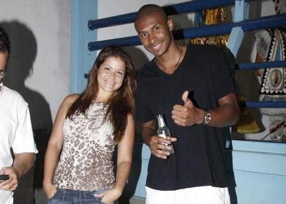 Leandrinho assiste a jogo do NBB ao lado de sua mulher Samara Felippo