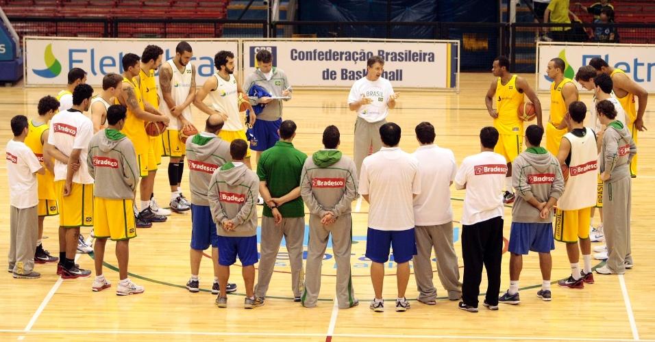 Rúben Magnano comanda treinamento da seleção brasileira em São Paulo