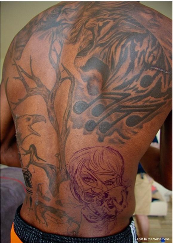 Chris Bosh mostra nova tatuagem nas costas