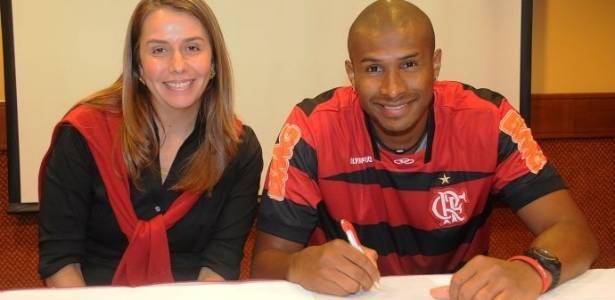 Ao lado de Patrícia Amorim, Leandrinho assina contrato com o Flamengo (18/08/11)