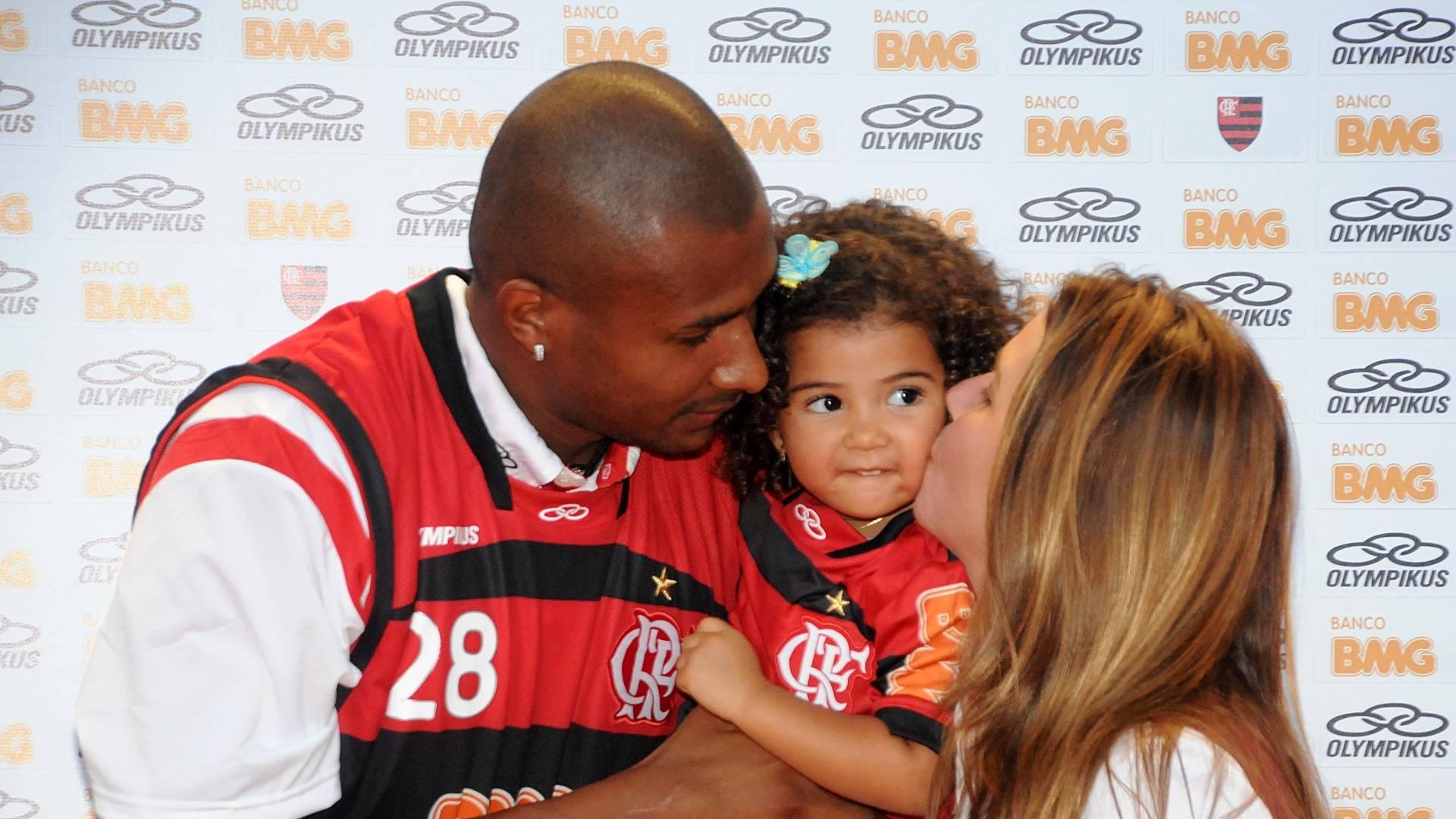 Leandrinho, com a filha Alícia e a presidente Patrícia Amorim, na apresentação do jogador no Flamengo
