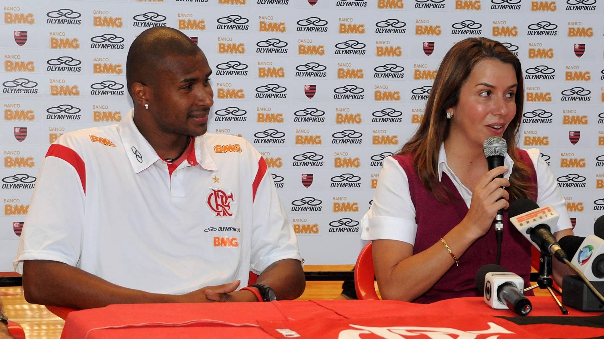 Leandrinho e Patrícia Amorim durante entrevista coletiva na apresentação do jogador (19/08/2011)