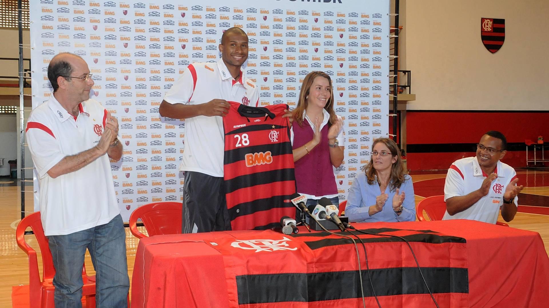 Leandrinho recebe a camisa e é apresentado pelo Flamengo (19/08/2011)