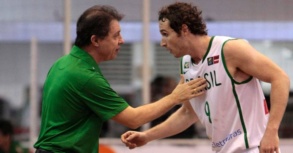Rubén Magnano conversa com Marcelinho Huertas durante amistoso (12/08/11)