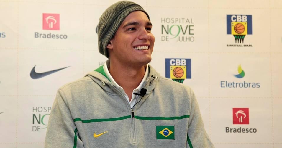 Anderson Varejão realiza exames médicos com a seleção brasileira