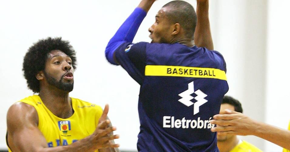 Nenê e Leandrinho brigam pela bola em treino da seleção (2007)