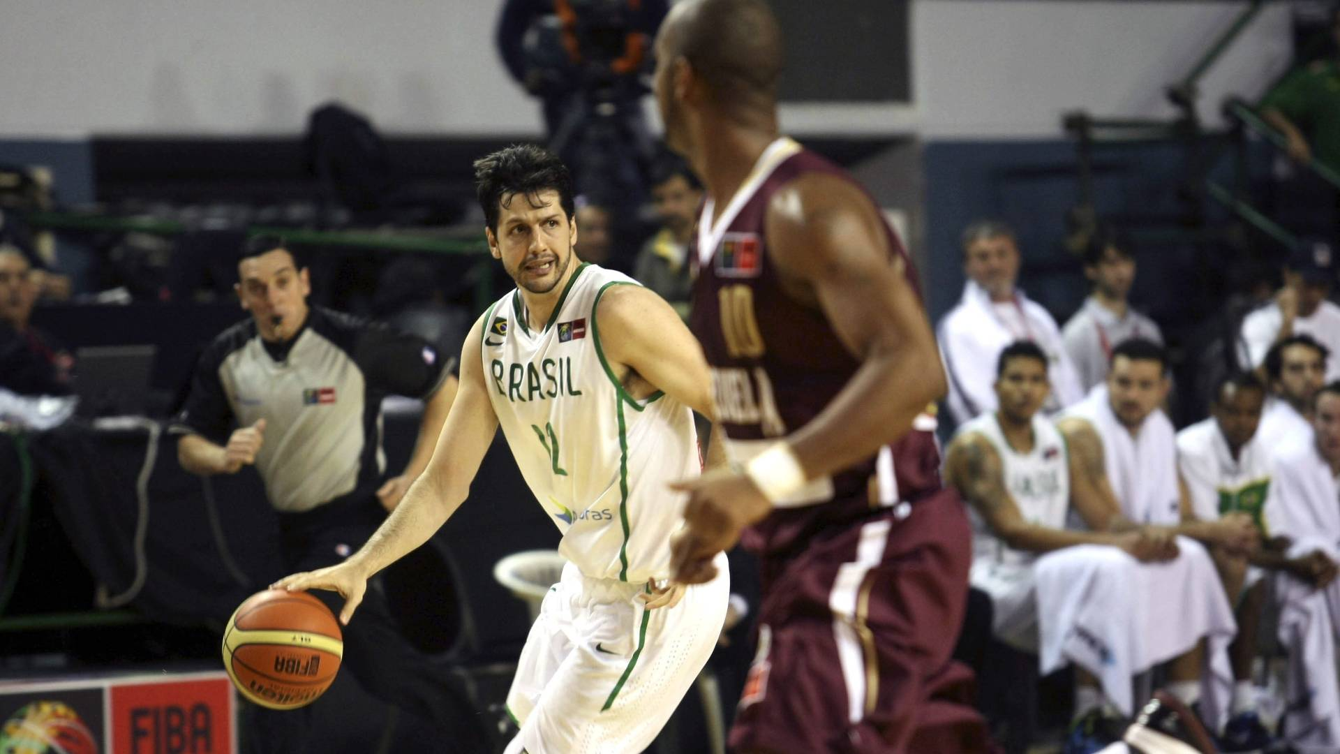 Ala-pivô Guilherme Giovannoni em ação no jogo Brasil x Venezuela