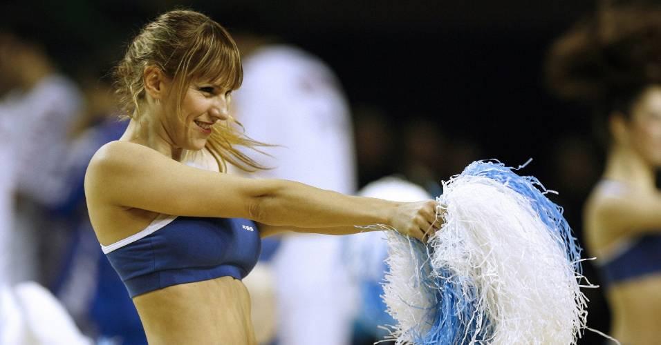 Cheerleaders animam as partidas do Pré-Olímpico masculino de basquete em Mar del Plata