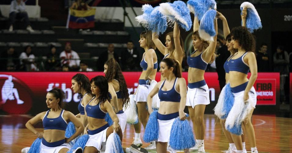 Cheerleaders animam os intervalos dos jogos de basquete no Pré-Olímpico masculino em Mar del Plata