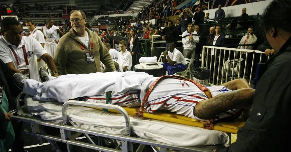 Dominicano Edgar Rafael Sosa é retirado de quadra após sofrer fratura exposta na perna durante jogo do Pré-Olímpico (05/09/2011)