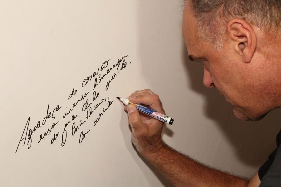 Oscar assina na parede da Calçada da Fama do Corinthians (10/10/2011)