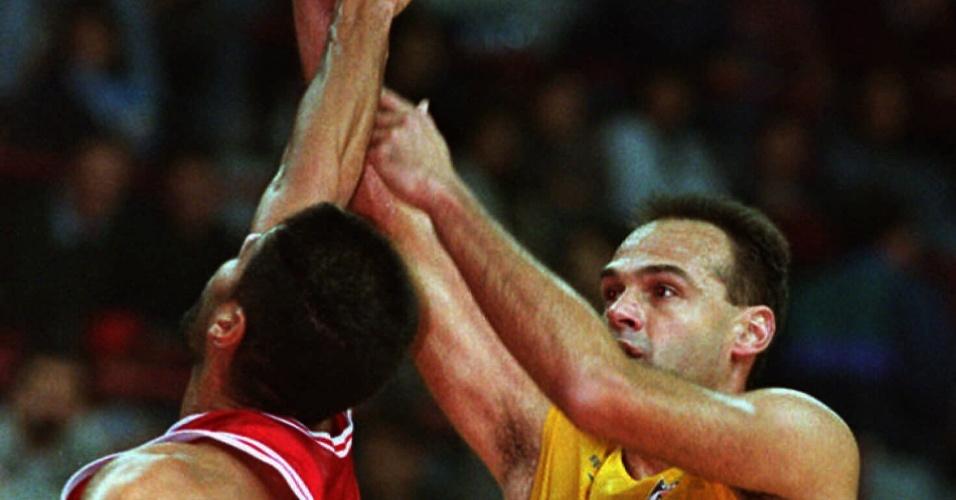 Oscar Schmidt briga pela bola com José 'Piculín' Ortiz na partida entre Brasil e Porto Rico pelo Pré-Olímpico de 1995