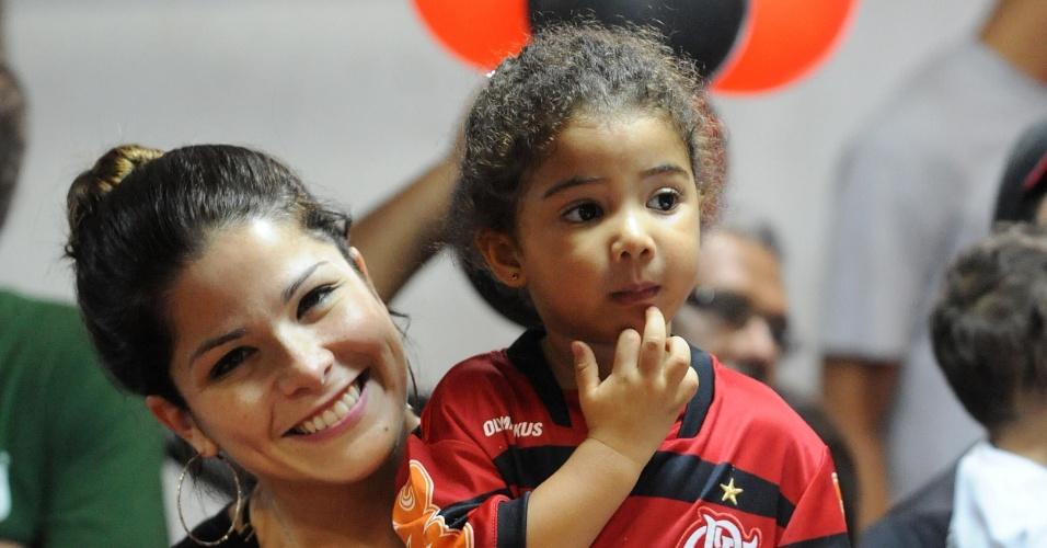 Samara Felippo e a filha Alicia comparecem a jogo do Flamengo, do pai Leandrinho; o time rubro-negro venceu o Tijuca e conquistou o hepta estadual