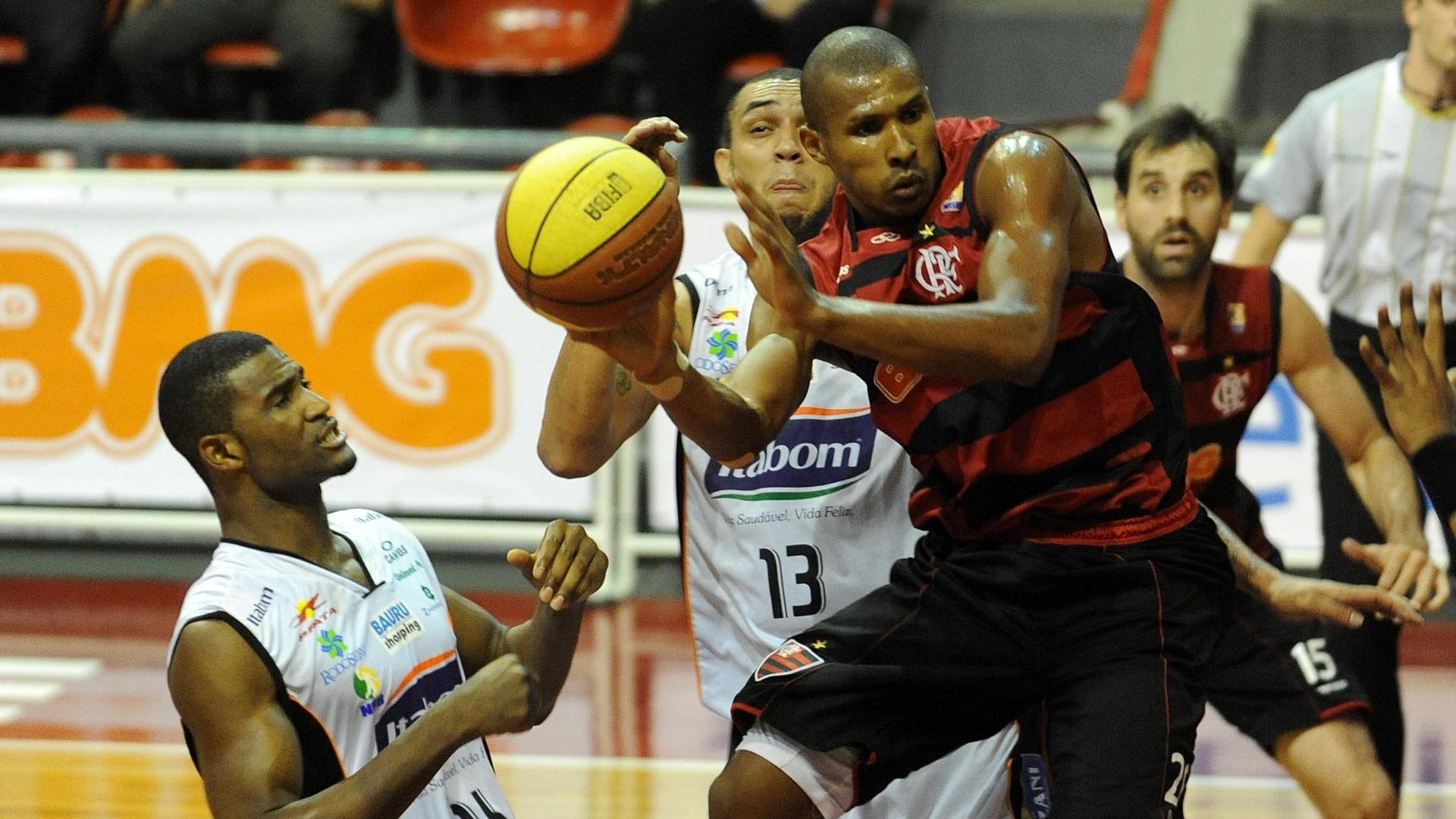 Leandrinho encara a marcação na partida entre Flamengo e Bauru (01/12/11)