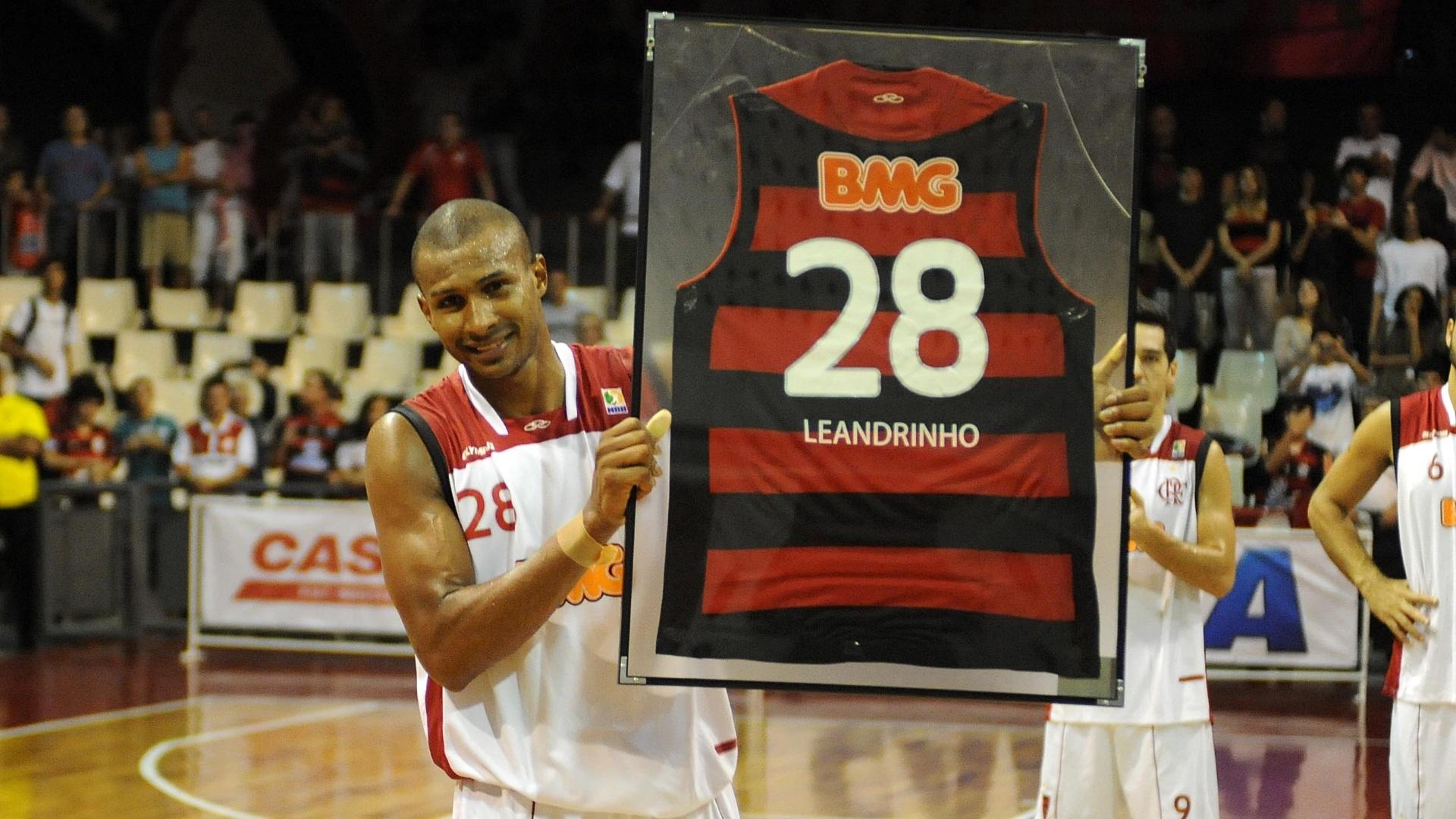 Leandrinho recebe homenagem do Flamengo em sua despedida do clube carioca (03/12/11)