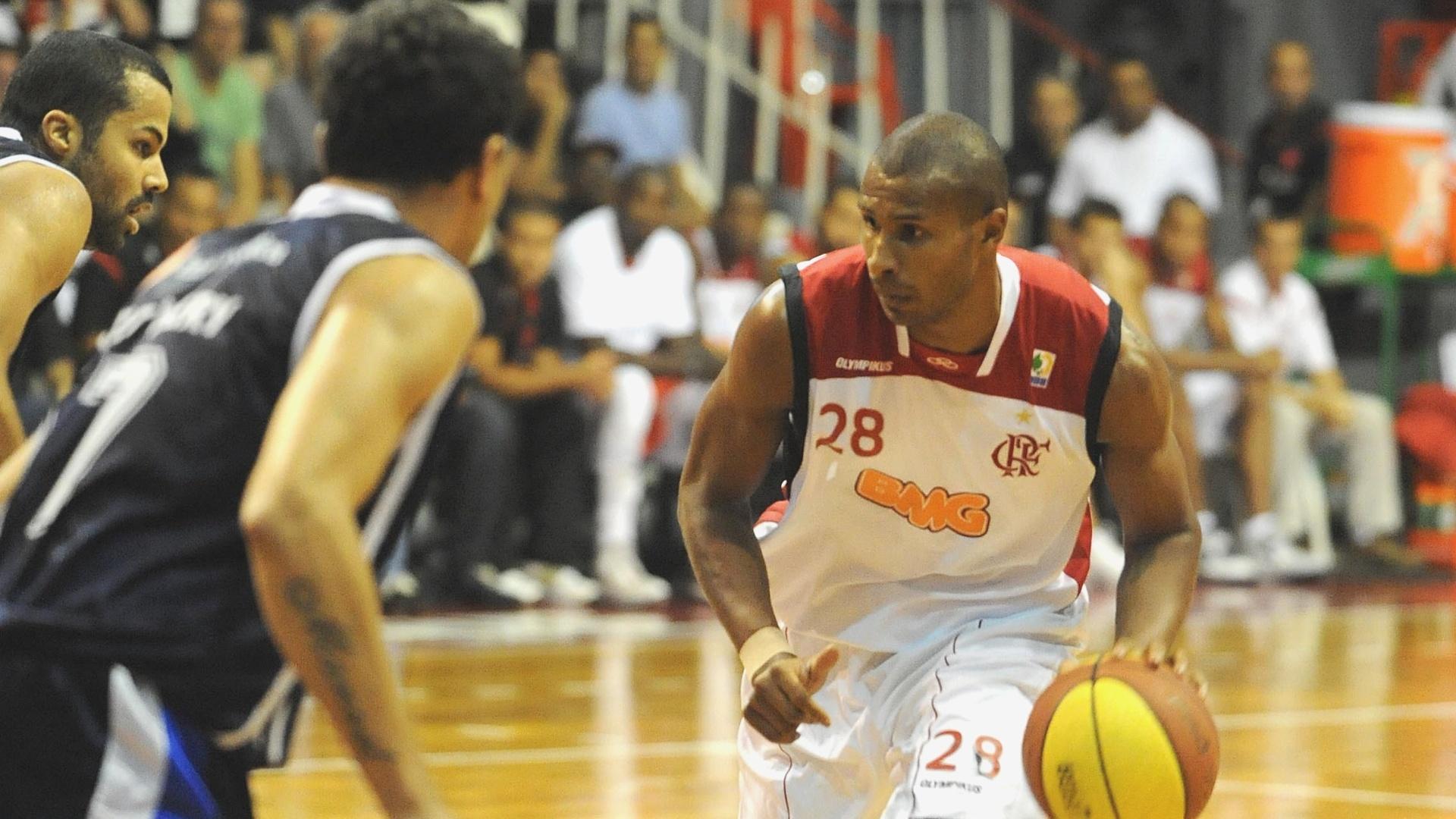 Leandrinho tenta passar pela marcação na partida entre Flamengo e Liga Sorocabana (03/12/11)