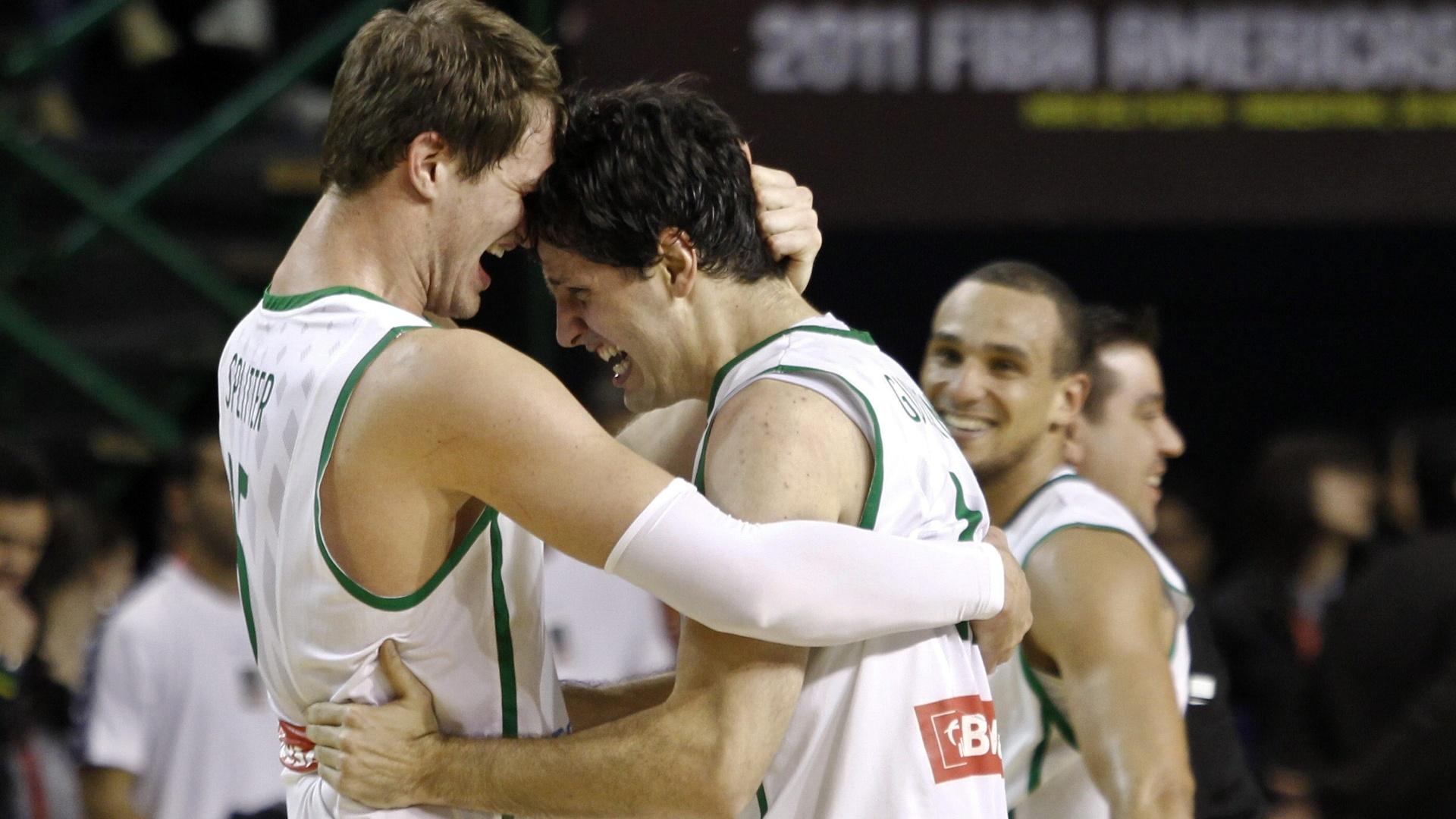 Tiago Splitter e Guilherme Giovannoni se abraçam após a vitória sobre a República Dominicana que classificou o Brasil para os Jogos Olímpicos de Londres