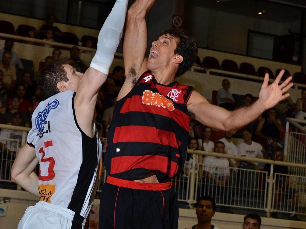 Marcelinho arrisca arremesso na partida entre Flamengo e Joinville