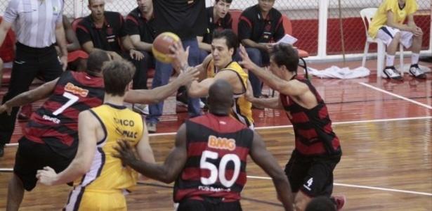 O Flamengo derrotou o São José no NBB e continua na liderança do torneio